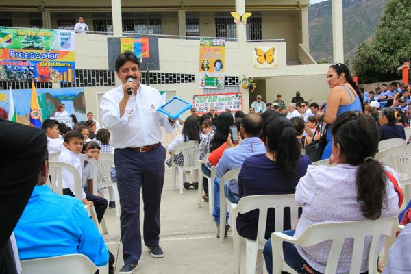 Estudiantes del municipio de Colombia recibieron tabletas digitales